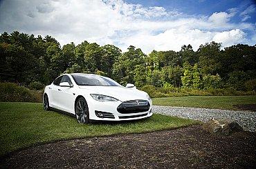 Tesla začne opět prodávat elektromobily za bitcoiny, prohlásil Musk