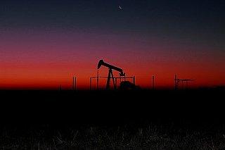 Ceny ropy mírně zpevňují, pomáhá jim slabý dolar